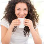 Femme buvant son café en organisant et planifiant sa vie familiale
