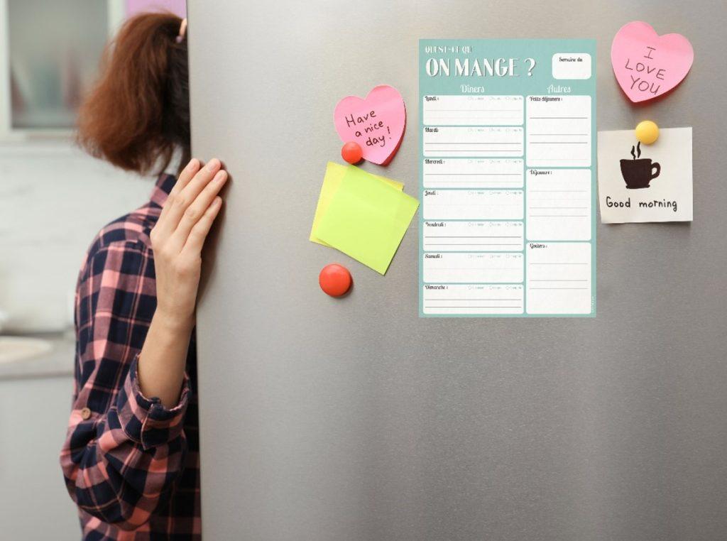 bloc note sur frigo affichant  les menus de la semaine